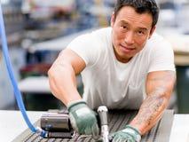 Trabajador asiático en la instalación de producción en el piso de la fábrica imágenes de archivo libres de regalías