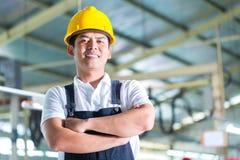 Trabajador asiático en una fábrica o una planta industrial Foto de archivo libre de regalías