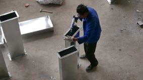Trabajador asiático que calafatea el conducto de Aircon almacen de metraje de vídeo