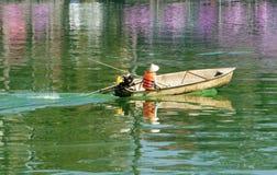 Trabajador asiático del saneamiento, agua contaminada Foto de archivo libre de regalías