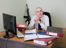 Trabajador autosatisfecho de la oficina armado con un rifle Imagenes de archivo