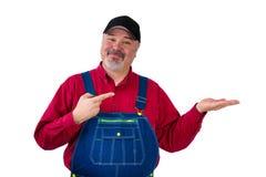 Trabajador barbudo sonriente en casquillo y babero en conjunto Fotos de archivo libres de regalías