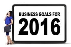 Trabajador bonito con las metas de negocio para 2016 Imágenes de archivo libres de regalías