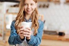 Trabajador bonito de la barra de café que sostiene una taza de café con ambas manos Imagenes de archivo