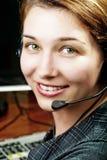 Trabajador cómodo y feliz de la hembra del cliente del servicio imagenes de archivo