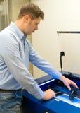 Trabajador cerca de la máquina de grabado del laser imagen de archivo libre de regalías