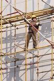 Trabajador chino en el andamio, Weihai, China imagen de archivo