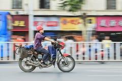 Trabajador chino en la motocicleta del gas Imagen de archivo libre de regalías