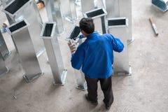 Trabajador chino que trabaja en emplazamiento de la obra Imagen de archivo libre de regalías