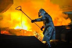 Trabajador con acero caliente Fotos de archivo