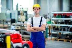 Trabajador con el casco en fábrica imágenes de archivo libres de regalías