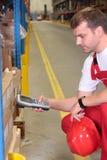Trabajador con el dispositivo del inventario Fotografía de archivo