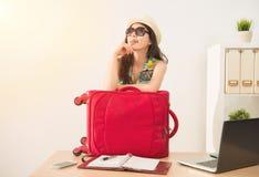 Trabajador con el equipaje listo para las vacaciones imagen de archivo