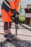Trabajador con el martillo del cincel - ascendente cercano fotografía de archivo