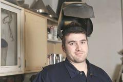 Trabajador con el metal de soldadura de la máscara protectora Imágenes de archivo libres de regalías