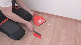 Trabajador con la cucharada y cepillo en piso almacen de metraje de vídeo