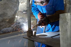Trabajador con la máscara protectora y los guantes grinding/we Imagenes de archivo