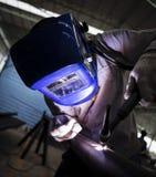 Trabajador con la soldadura de la máscara protectora Foto de archivo libre de regalías