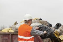 Trabajador con los bolsos de la basura y de los escombros Fotografía de archivo