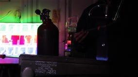 Trabajador con los bulbos de neón almacen de video