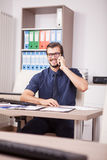 Trabajador corporativo sonriente en camisa azul y lazo que hablan en el pH Imagenes de archivo