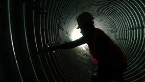 Trabajador de acero del tubo de agua almacen de metraje de vídeo