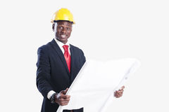 Trabajador de construcción afroamericano feliz que sostiene el modelo Fotografía de archivo libre de regalías
