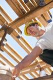 Trabajador de construcción bajo vigas del encofrado Fotografía de archivo libre de regalías