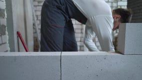 Trabajador de construcción caucásico de sexo masculino borroso en el sitio interior de la renovación metrajes