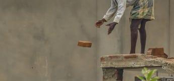 Trabajador de construcción civil o el albañil en la India fotografía de archivo
