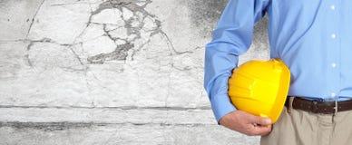 Trabajador de construcción con el casco foto de archivo libre de regalías