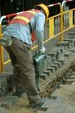 Trabajador de construcción con el martillo del gato Imagen de archivo libre de regalías