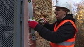 Trabajador de construcción con el nivel de alcohol almacen de metraje de vídeo