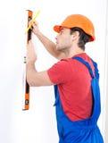 Trabajador de construcción que mide el nivel Imagen de archivo
