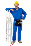 Trabajador de construcción con la escalera de paso Foto de archivo
