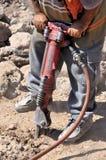 Trabajador de construcción con un martillo perforador Fotografía de archivo libre de regalías
