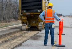 Trabajador de construcción de la carretera del camino Fotos de archivo libres de regalías