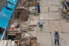 Trabajador de construcción de la gente en el emplazamiento de la obra Imagen de archivo