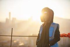 Trabajador de construcción de la mujer en el emplazamiento de la obra y el fondo de la salida del sol Fotos de archivo libres de regalías