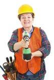 Trabajador de construcción de sexo femenino con el taladro Foto de archivo