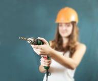 Trabajador de construcción de sexo femenino con el taladro Imágenes de archivo libres de regalías