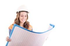 Trabajador de construcción de sexo femenino que lee proyectos originales Imagen de archivo libre de regalías