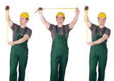 Trabajador de construcción del hombre con la cinta de la regla Imágenes de archivo libres de regalías