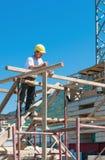 Trabajador de construcción en andamio imagenes de archivo
