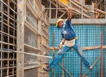 Trabajador de construcción en andamio y encofrado Imagen de archivo libre de regalías