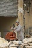 Trabajador de construcción en El Cairo, Egipto Foto de archivo