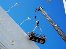 Trabajador de construcción en el emplazamiento de la obra foto de archivo libre de regalías
