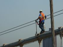 Trabajador de construcción en el puente de Brooklyn foto de archivo
