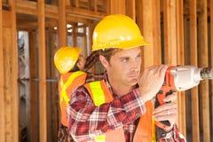 Trabajador de construcción en el trabajo Imagenes de archivo