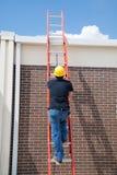 Trabajador de construcción en escala Fotografía de archivo